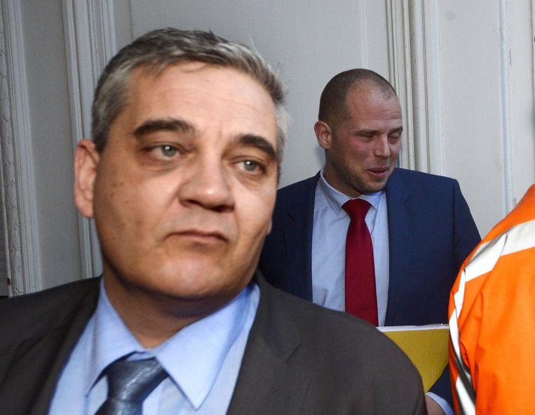Minister van Defensie, Steven Vandeput (l), voor aanvang van het kernkabinet gisteren in Brussel. Beeld BELGA