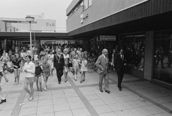 Officiële opening van toen nog de Rozelaar in juli 1971 met burgemeester Jan Godwaldt.