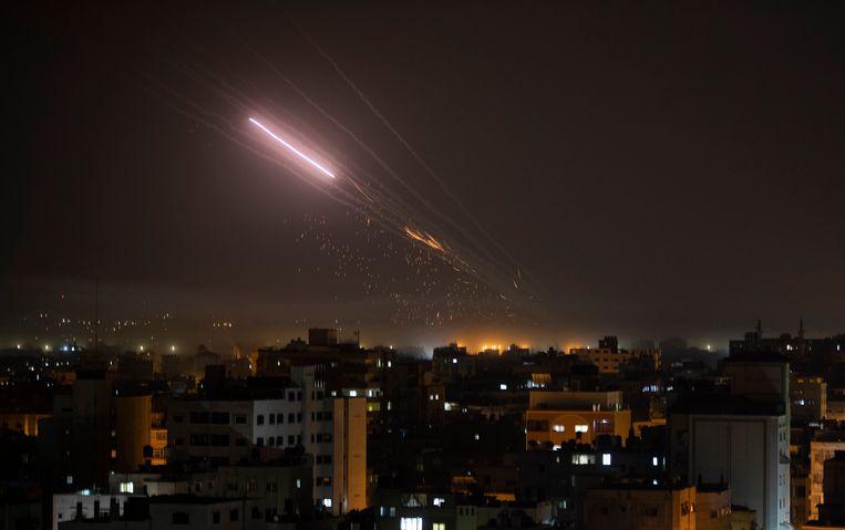 Raketten worden afgeschoten vanuit Gaza richting Israel.  Beeld AP