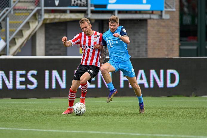 Django Warmerdam (rechts) van FC Utrecht duelleert met Lennart Thy van Sparta. Thy kreeg gisteren op Het Kasteel dé kans om Sparta drie punten te bezorgen, maar hij schoot over.