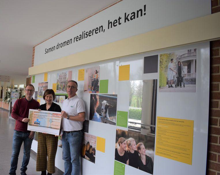 De vrienden van Zot van Beersel overhandigden een cheque van 1.500 euro aan de mensen van het revalidatieziekenhuis Inkendaal uit Vlezenbeek.