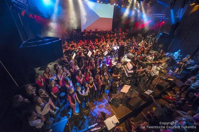 Met optredens in Atak werd de naam van de muziekschool, Kaliber Kunstenschool, bekend gemaakt. Foto Reinier van Willigen