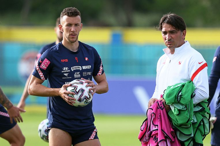 Ivan Perisic heeft tijdens een training van Kroatië een onderhoud met bondscoach Zlatko Dalic. Beeld AFP
