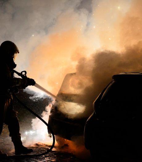 Dubbele autobrand in Breda, vuurwerk mogelijk de oorzaak