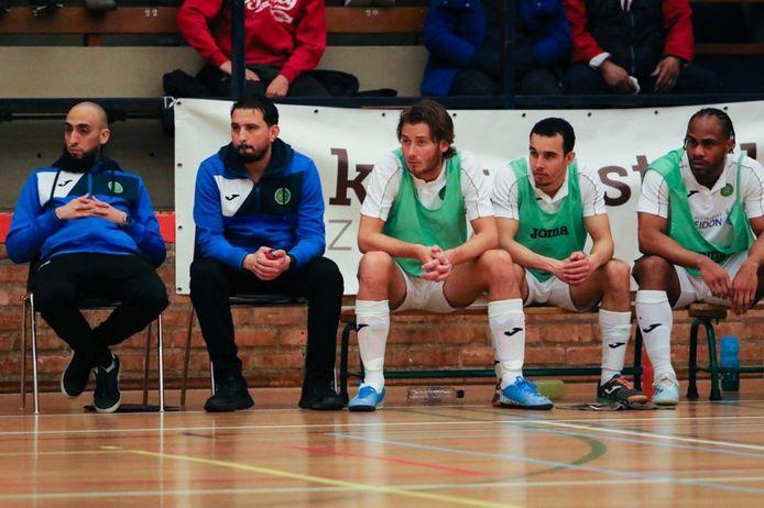 Azdine Boufrahi (tweede van links) kijkt toe tijdens het thuisduel met Feyenoord Futsal. Links Youssef El Badey, rechts van hem de spelers Nicky van Merrienboer, Salim Sandee en Renzo Roemeratoe.