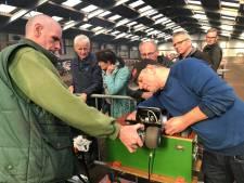 Piepkleine tractortjes knetteren door ponyhal in Zeeland