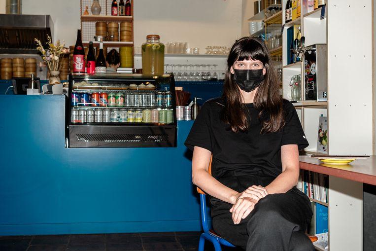 Lisa De Brouwere (32) van het Gentse restaurant Steamy Windows blijft met een dubbel gevoel achter: 'Is het niet een beetje vroeg? We weten wat de gevolgen zijn van te snelle beslissingen. Een maandje langer op de tanden bijten, dat had voor mij het verschil niet gemaakt.' Beeld ID/ Igor van de Poel