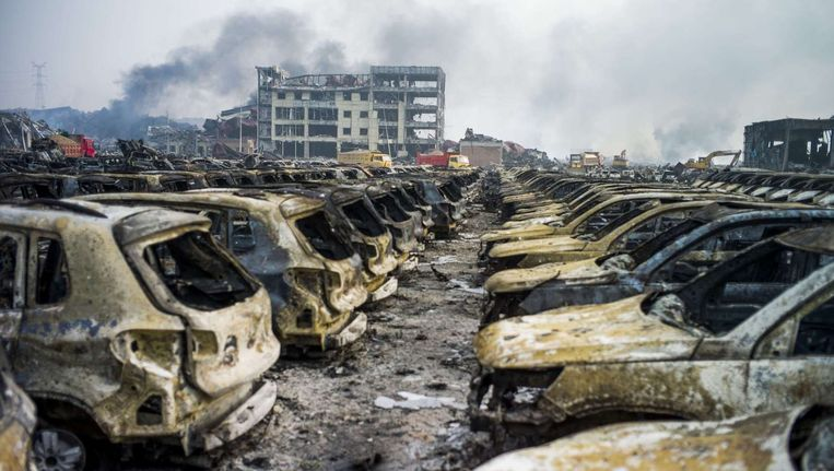 Uitgebrande auto's op de rampplek in Tianjin. Beeld anp