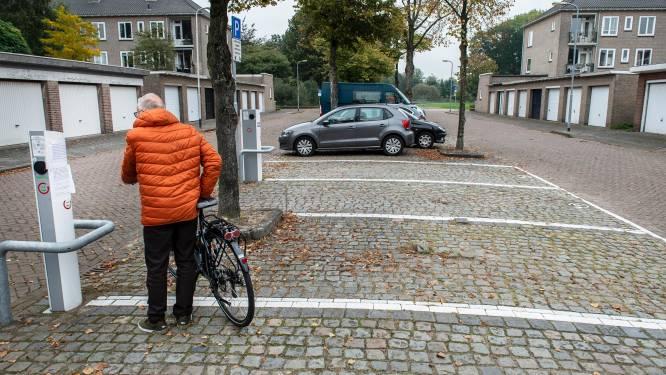 Met briefjes op de laadpaal vecht deze wijk een parkeervete uit: 'Geen oplaadplek door uw luie gedrag!'