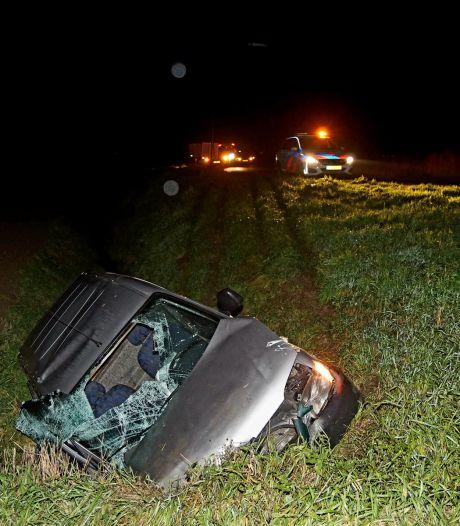 Auto belandt in de sloot in Sprang-Capelle, bestuurder zwaargewond