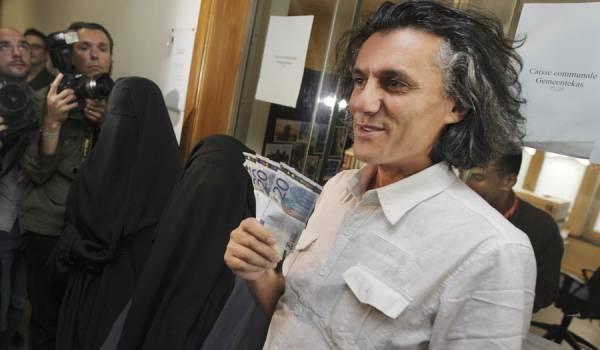 Wil deze Algerijn met zijn escapades blootleggen hoe de wereld echt in elkaar zit?