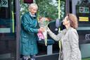 Amanda Malone brengt voor de verrassing een bos bloemen naar Greetje Knüfken-Doeleman. Ze heeft haar Zierikzeese collega nooit ontmoet maar bewondert haar vanwege haar werkinzet