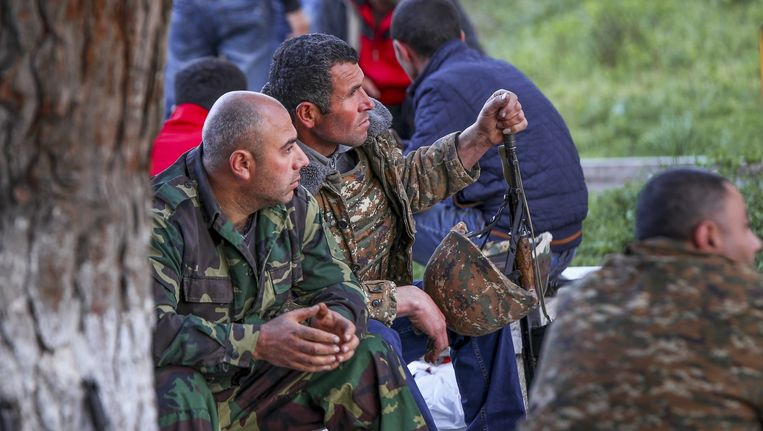 Armeense vrijwilligers staan paraat bij de stad Askeran. Beeld ap