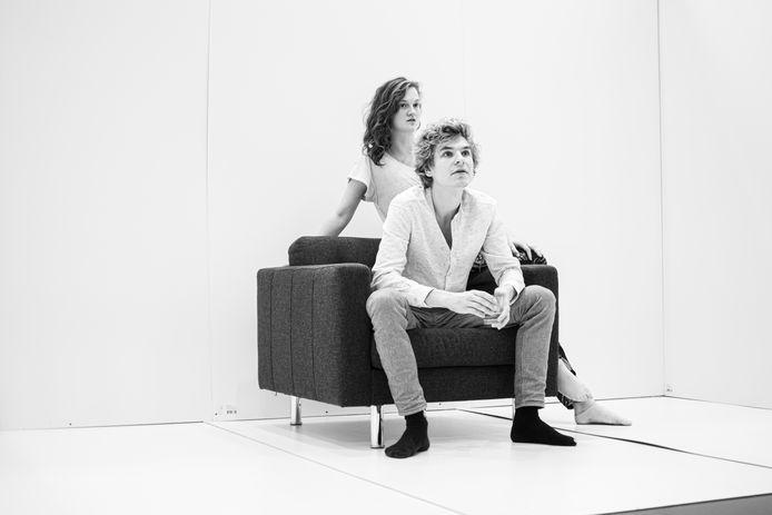 Theatermakers Lander Severins (23) en Myrthe van Velden (24) weten zich ondanks de coronacrisis bezig te houden.