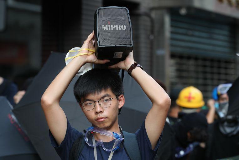 Activist Joshua Wong woont een protest tegen politiegeweld in Hong Kong bij. Beeld EPA