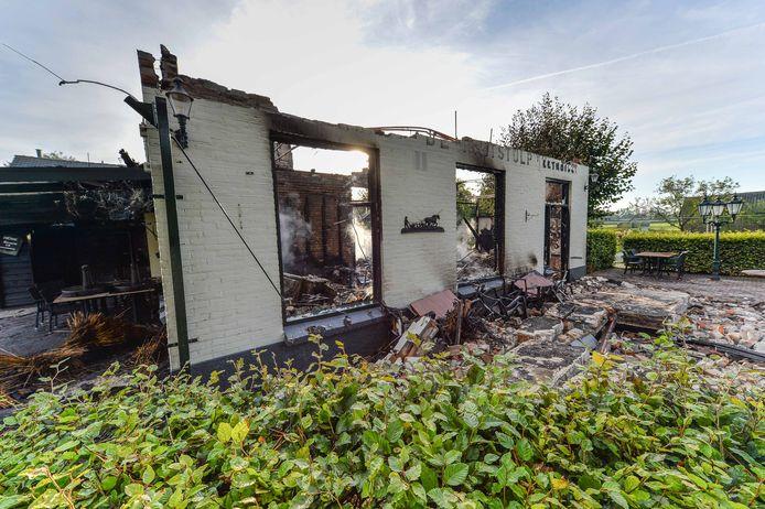 Julian en zijn maatje woonden boven het restaurant, dat compleet werd verwoest door brand.