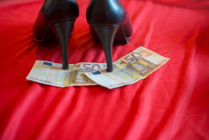 Een loverboy liet zijn verloofde in de prostitutie werken en inde al haar verdienste. Hij dwong niet met geweld, maar met dreigementen haar te laten vallen. Het Om liet die telefoontjes horen in de rechtszaal