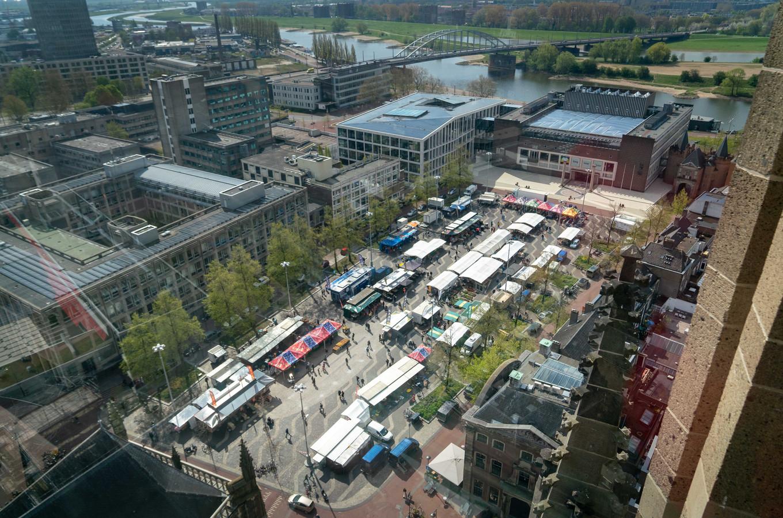 Bezoekers van de zaterdagmarkt in Arnhem zaten op de eerste rang voor de première van 'sounding arnhem' vanuit de toren van de Eusebiuskerk.