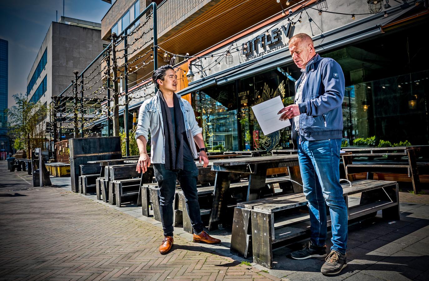 Dimitri Pham (links) krijgt de laatste instructies van coronacoach Ron Hoogerwerf van de gemeente Rotterdam.