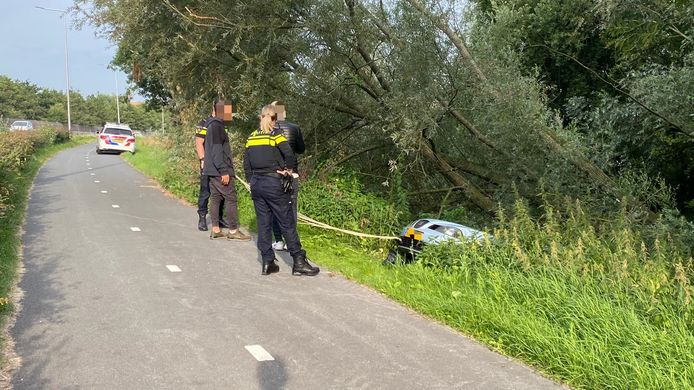 Zaterdagochtend was een automobilist op de N201 verkeerd gereden. De bestuurder probeerde te keren maar gleed van het talud.