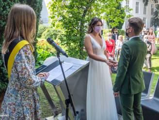 Eerste Aalsterse huwelijk in openlucht: Bjorn en Eline huwen onder Japanse notenboom