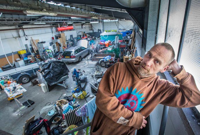 Co Tromp in de gekraakte garage waar hij tijdelijk zijn spullen kan stallen.
