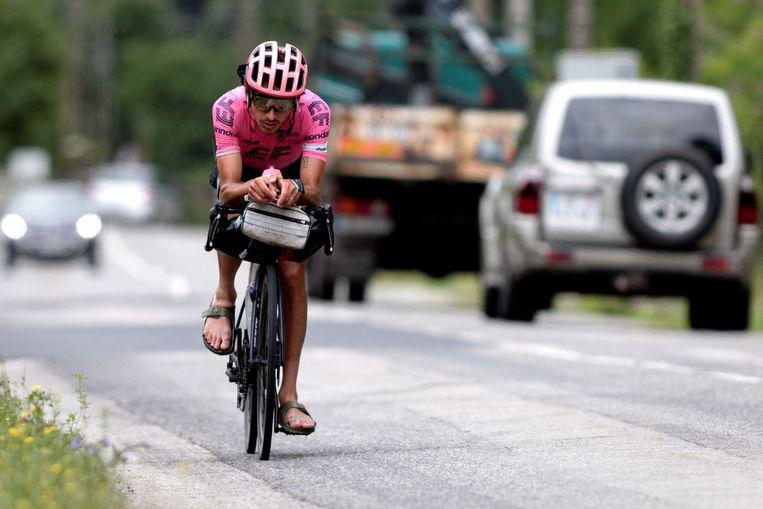 Lachlan Morton is bezig aan zijn tocht door Frankrijk. Beeld AFP