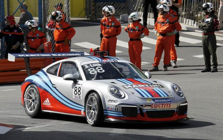 Niet alleen F1-wagens scheuren dit weekend door Monaco. Sebastien Loeb doet het in een Porsche. Beeld REUTERS