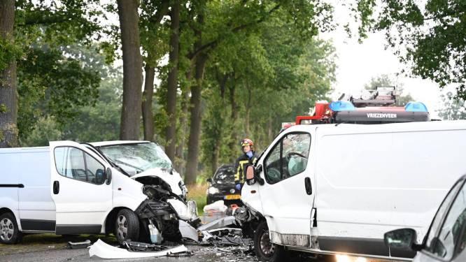 Persoon bekneld bij ongeval met bestelbussen in Geesteren