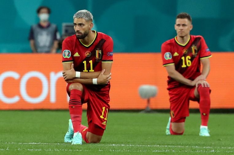 Ook Belgische spelers 'take the knee'. Hier Yannick Carrasco (l) en Thorgan Hazard voor de wedstrijd tegen Rusland. Beeld Alexander Demianchuk/TASS