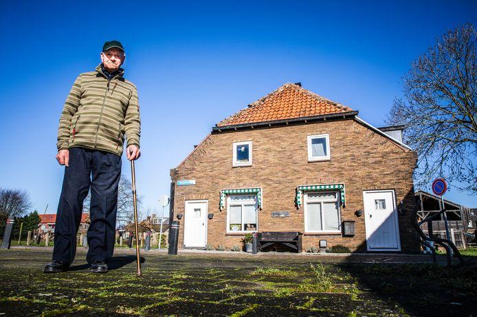 Aart van der Zwart voor zijn ouderlijk huis in Numansdorp, Havenstraat 3 (rechts).