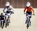 Wereldkampioen Laura Smulders (links) en Merel Smulders tijdens de kwalificaties van het EK BMX.