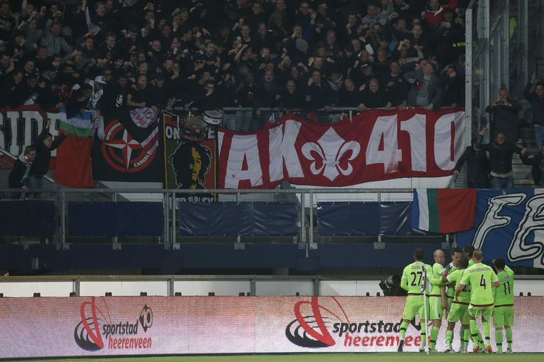 2016-04-20 22:05:00 HEERENVEEN , 20-04-2016 , voetbal, Eredivisie , Abe Lenstra Stadion, seizoen 2015 - 2016, SC Heerenveen - Ajax , spelers Ajax vieren de 0-2 van Ajax speler Arek Milik  met de meegereisde Ajax supporters Beeld ANP Pro Shots