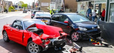 Cabrio knalt op vier geparkeerde auto's in centrum Loenen