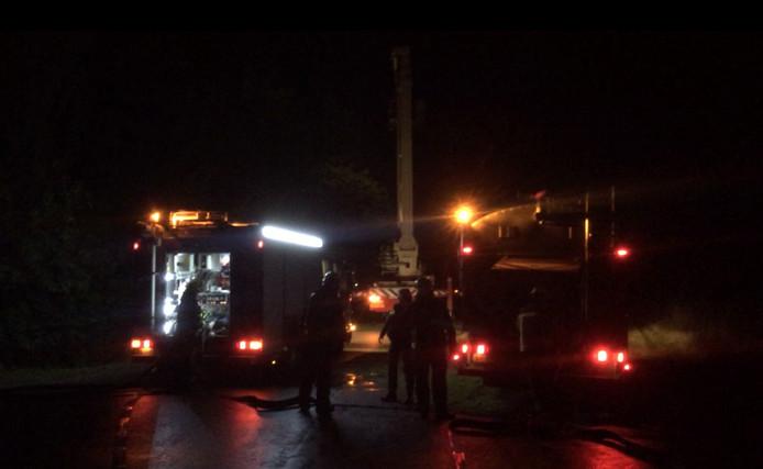 Brandweerlieden maken zich gereed om de brand te bestrijden in Koudekerke.