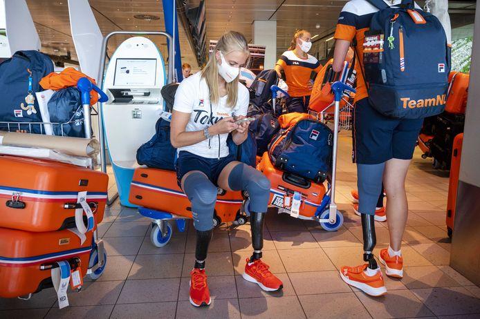 Atlete Fleur Jong en medesporters klaar voor vertrek op Schiphol.
