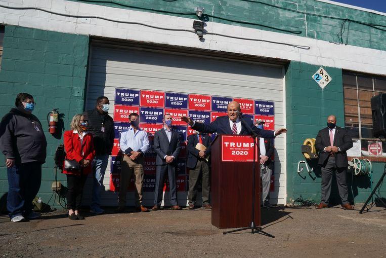 7 november 2020. Rudy Giuliani, privéadvocaat van president Trump, spreekt de pers toe op de parkeerplaats van een hoveniersbedrijf in Philadelphia.  Beeld AFP/Bryan R. Smith