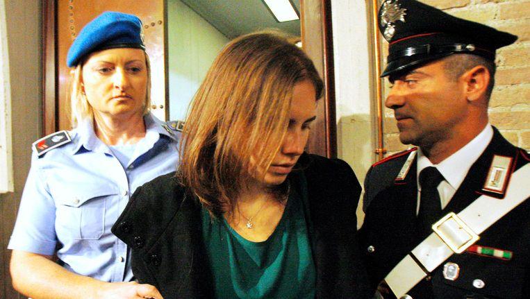 Amanda Knox wordt de rechtbank binnengeleid. Beeld AP