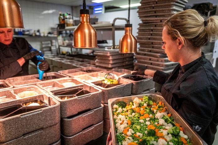 Koks Claudia Hensen (rechts) en Annemiek Arnoldus aan het werk in de keuken van Taverne 't Hof in Maarheeze.