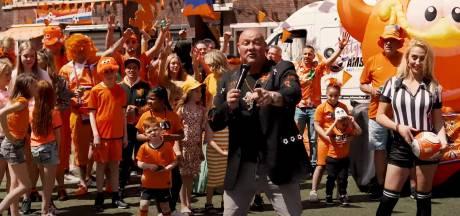 'Oh, Oh, Oranje' Rasoptimist John Medley zingt Oranje naar de volgende ronde