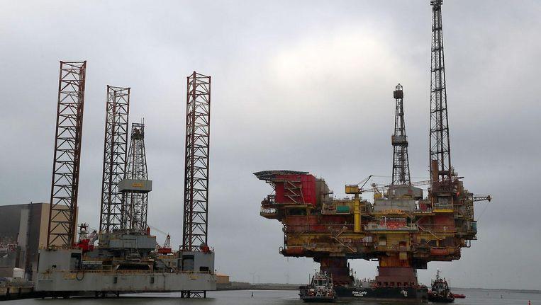 Een boorplatform van Shell wordt verplaatst over de Britse Tees-rivier. Beeld afp