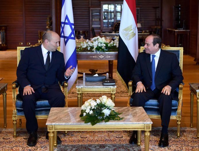 De Israëlische premier Naftali Bennett (links) en de Egyptische president Abdel Fattah al-Sisi (rechts).