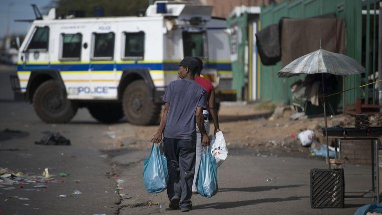 De politie patrouilleert vandaag door Johannesburg. Beeld afp