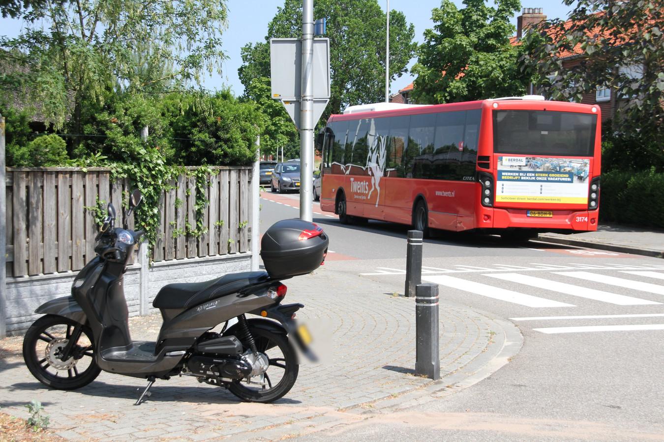 De scooter staat weer overeind en heeft op het eerste oog nauwelijks tot geen schade opgelopen.