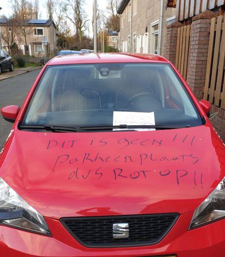 Auto beklad met watervaste stift in Amersfoort: 'Dit is geen parkeerplaats dus rot op'