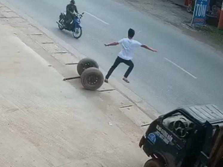 Man met snelle reflexen voorkomt dat rollende banden bromfietser raken