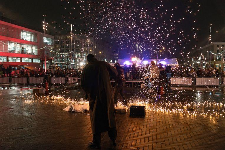 Een show met vuur tijdens de opening van The Olympic. Beeld Elmer van der Marel