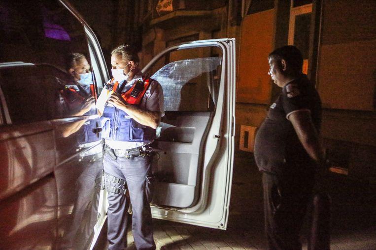 Een Roemeense camionette wordt tegengehouden. De chauffeur is zenuwachtig en kan geen reden geven waarom hij nog zo laat op pad is. Beeld Photo News