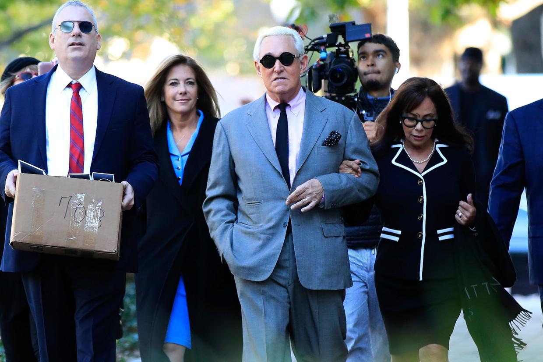 Roger Stone arriveert bij de federale rechtbank in Washington. Beeld AP
