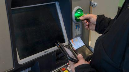 Treinreiziger luistert koppel af over gestolen bankkaarten en lost inbraak op